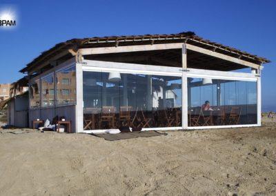 Безрамное остекление в кафе на пляже