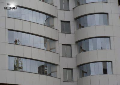 Безрамное остекление фасада здания